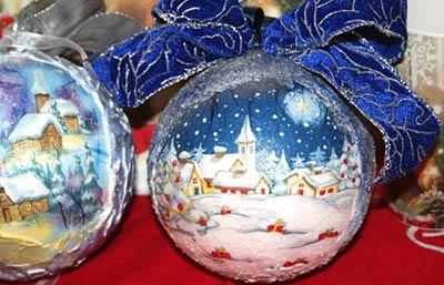 Sfere di Natale decorate a decoupage